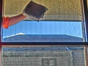 水滴が綺麗に浮く窓ガラス