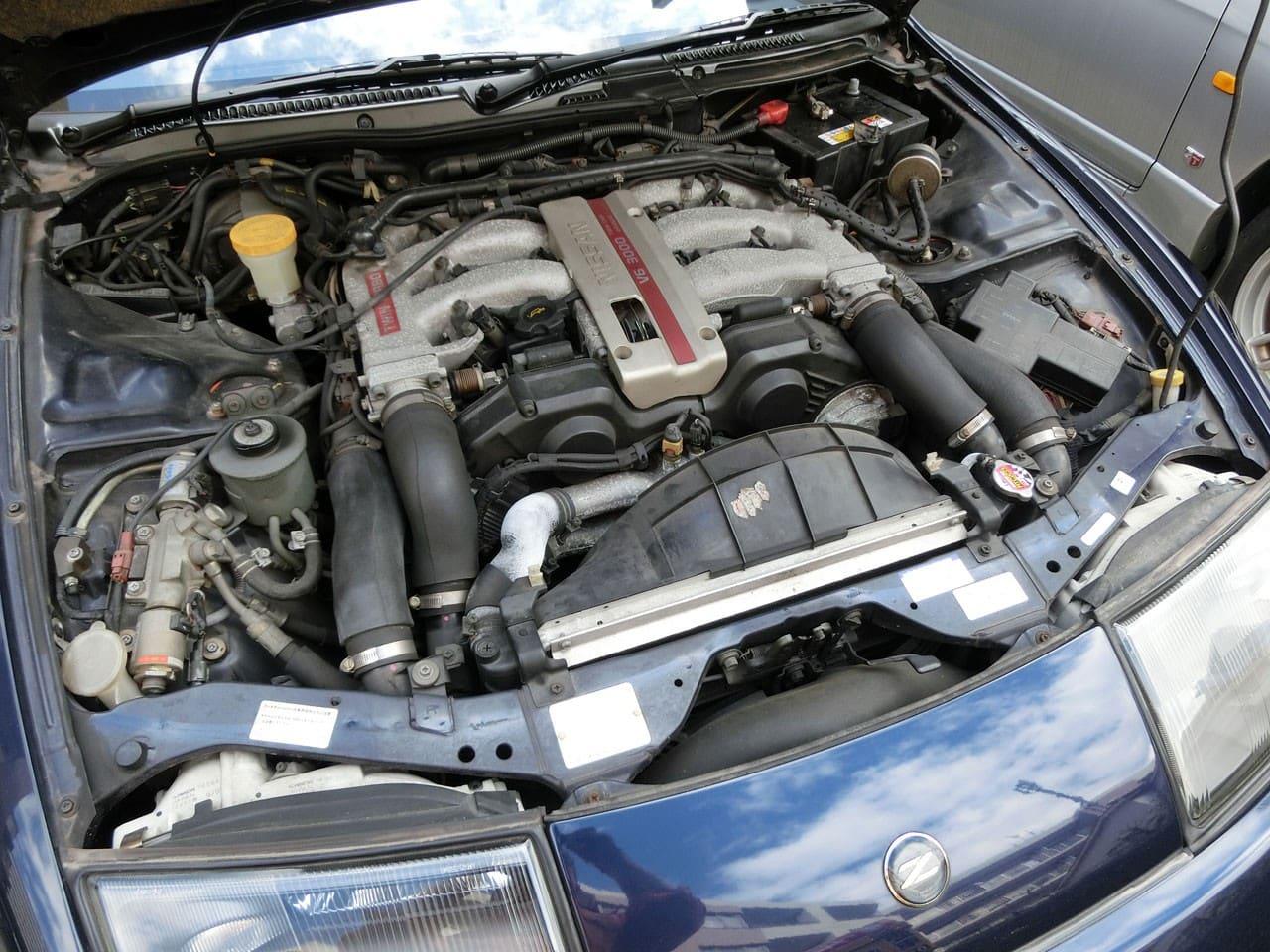 仕上げ前のエンジンルーム・フェアレディZ(Z32)