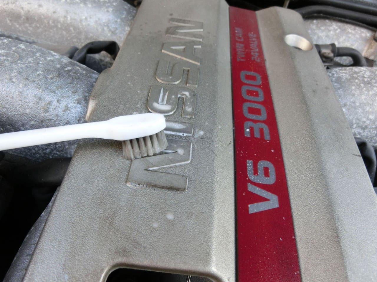 エンジンオーナメントの仕上げ中・フェアレディZ(Z32)