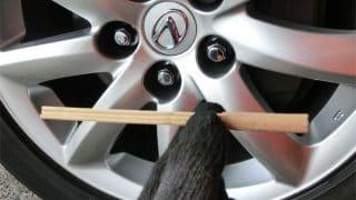 竹串を使いこなせば一段と仕上がりがキレイに!ワックスに付属する竹串の使い方を解説。